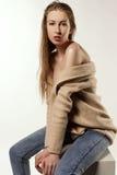 湿头发美丽的白肤金发的女孩 免版税库存照片