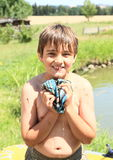 绞湿T恤杉的小男孩 免版税库存图片