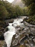 溅泼的山小河 库存照片