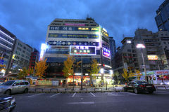 水源,韩国- 2015年11月13日:水源市街道在Th的韩国 图库摄影