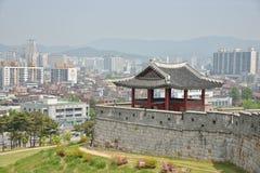水源,韩国- 2014年5月02日:水源Hwaseo西北亭子  图库摄影