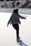 溜冰场滑冰的亭亭玉立的妇女年轻人 库存照片