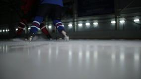 溜冰场的两个曲棍球运动员顽童的 在曲棍球领域的交锋在对手之间 影视素材