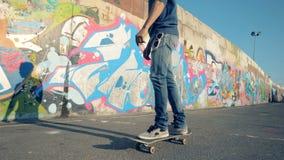 溜冰板者乘坐,慢动作 年轻人在路乘坐他的滑板 影视素材