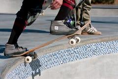 溜冰板者准备为在大碗的奔跑滴下  库存照片