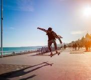 溜冰板者剪影在城市 库存图片