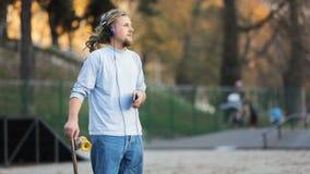 溜冰板者听到音乐在公园 股票视频