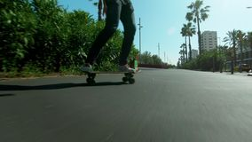 溜冰板者在加利福尼亚海滩乘坐longboard 影视素材
