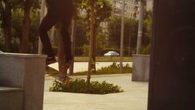 溜冰板者在城市跳一个障碍 影视素材
