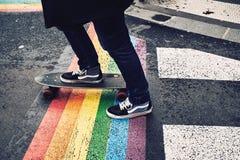 溜冰板者在快乐旗子的巴黎 库存照片