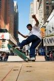 溜冰板者在时代广场乘坐一halfpipe在纽约 库存照片