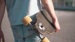 溜冰板者拿着滑板 股票录像