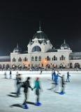 溜冰者在城市公园溜冰场 库存图片