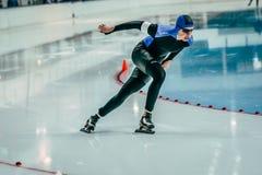 年轻溜冰者在轮四处走动 图库摄影