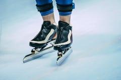 溜冰者的腿滑冰的 免版税图库摄影