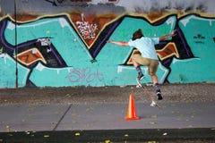 溜冰者青少年在街道画前面 库存照片