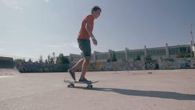 溜冰者骑马史诗剪影在滑板的 在背景的日落天空 慢动作, steadicam射击 影视素材