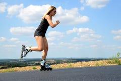 溜冰鞋的十几岁的女孩在夏天 库存图片