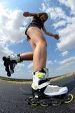 溜冰鞋的十几岁的女孩 免版税库存照片