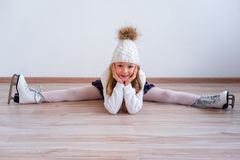 溜冰鞋的女孩 免版税库存照片