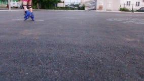 溜冰鞋的小女孩在沥青 股票视频