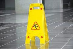 溜滑地板表面警报信号和标志在大厦,大厅 库存照片