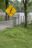 溜滑的`,当湿`标志 库存照片