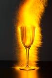 溢出与火花的酒觚 免版税库存照片