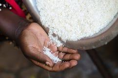 溢出入非洲黑人妇女` s手的米 免版税库存照片