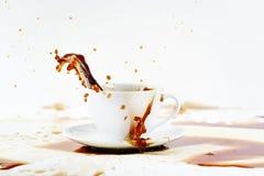溢出咖啡创造美丽的飞溅的杯 免版税库存照片