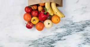 溢出在一张包装纸外面的新鲜的水果和蔬菜请求ont 库存图片