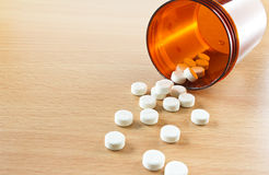 溢出在瓶外面的药片 免版税库存图片
