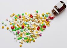 溢出在瓶外面的许多五颜六色的医学。 免版税库存照片