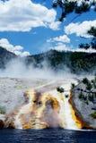 溢出在黄石国家公园的温泉城 库存照片