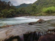 溢出的低水坝在农村中国 库存图片