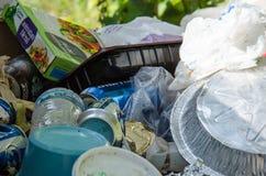 溢出的垃圾箱充满垃圾 免版税库存图片