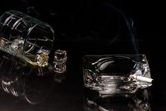 溢出的威士忌酒和燃尽的烟 库存图片