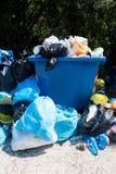 溢出的废弃物收集容器户外 库存照片