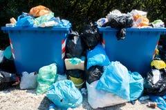 溢出的废弃物收集容器户外 库存图片