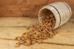 溢出的杏仁 我们喜欢杏仁 健康的食物 库存照片