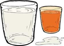 溢出的牛奶和红萝卜汁 免版税库存照片