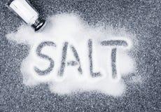 溢出的盐瓶 库存照片
