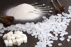 溢出的糖果糖、糖在立方体和沙子 库存照片