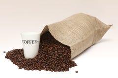 溢出的豆咖啡 库存照片