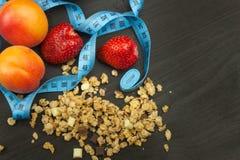 溢出的Cheerios谷物用巧克力 运动员的健康膳食补充剂 早餐Muesli和果子的Cheerios 图库摄影