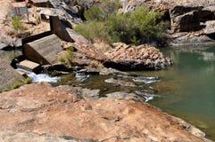 溢洪道到岩石水池里 图库摄影