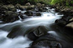 溪岩石蒸汽 免版税库存照片