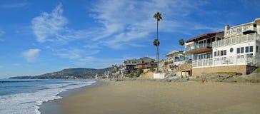 溪街道和橡木在拉古纳海滩,加利福尼亚的街道海滩 免版税库存照片