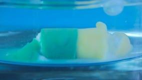 溶化在水中的冒泡药片 影视素材