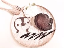 溶岩与纯奶油的巧克力蛋糕 免版税库存照片